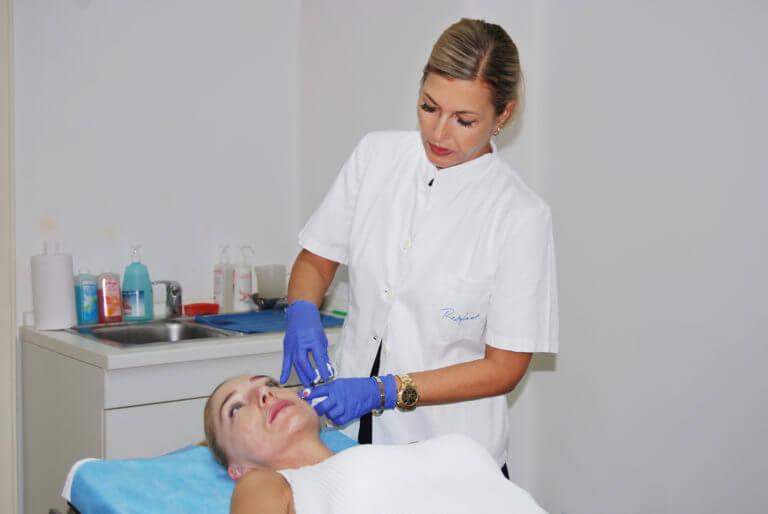 Dr. Nevia Delalle s pacijenticom - početak postupka aplikacije skinboostera